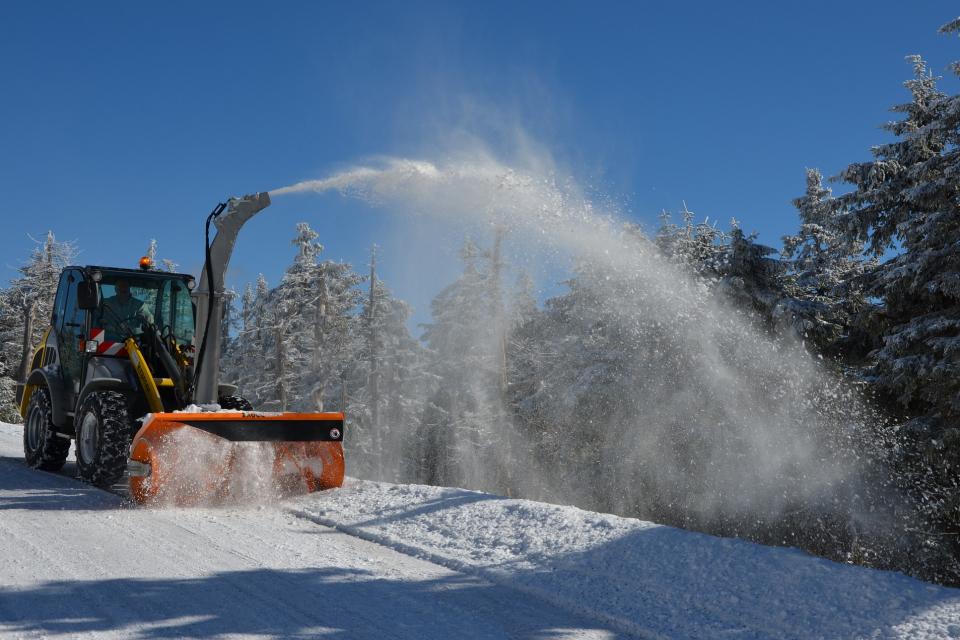 Над 220 машини обработват и почистват пътищата от републиканската пътна мрежа, за да се осигури безопасното пътуване на шофьорите при започналия снеговалеж,...
