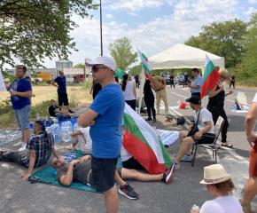 Пътят Стара Загора - Хасково остава блокиран