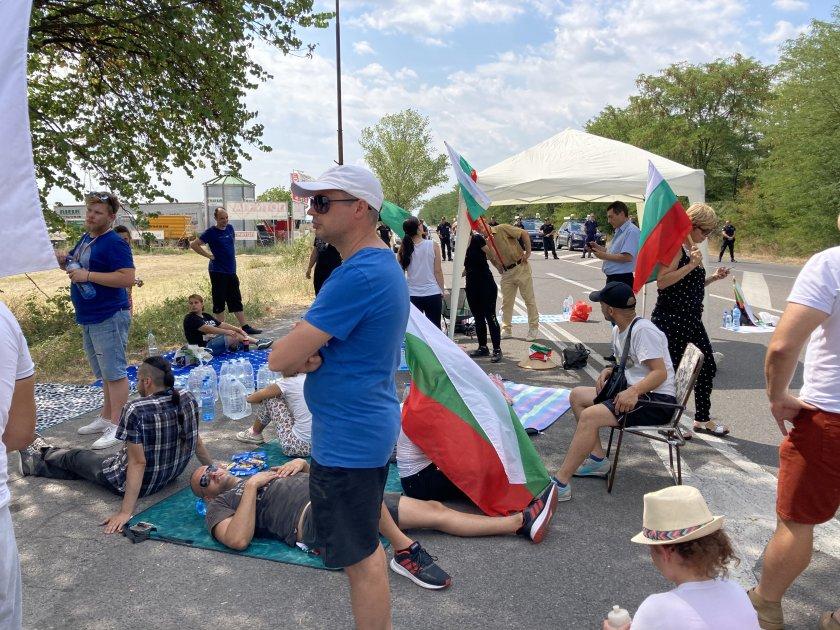 Продължава блокадата на пътя Стара Загора-Хасково, съобщава БНТ. Около 20 души от протестиращите изкараха нощта в импровизирания палатков лагер. Те се...