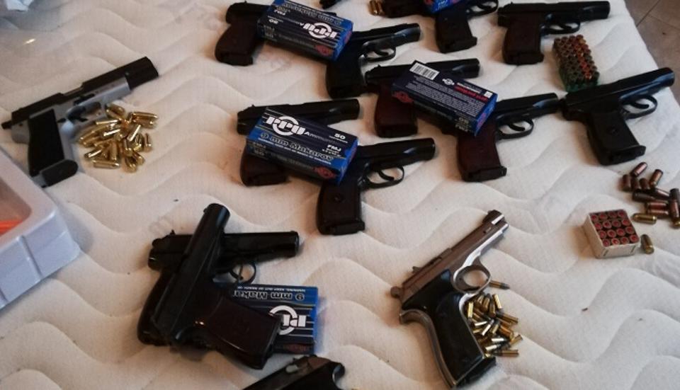 Разкриха група за трафик на оръжие и наркотици от България към Великобритания. С куриерски пратки бандата изпращала пистолети, автоматични оръжия, бронежилетки...