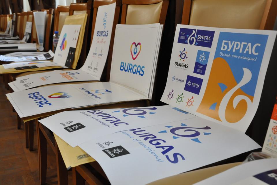 """53 автори от страната и чужбина се включиха с повече от 70 предложения в конкурса за графична концепция на туристически бранд """"Бургас"""". Компетентно журипроведе..."""