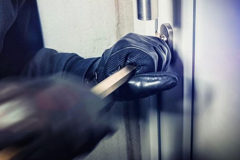 Криминалисти на РУ-Твърдица са разкрили три взломни кражби от магазини и офиси. Кражбите са заявени на 26 декември от собствениците. Откраднати са парична...