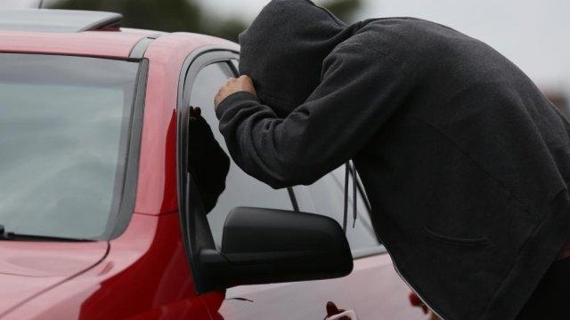 """Кражба на 200 лева и лични документи, разкриха тунджански полицай. На 10 октомври млад мъж съобщил в полицията, че при престои в търговски обект на АМ""""Тракия"""",..."""