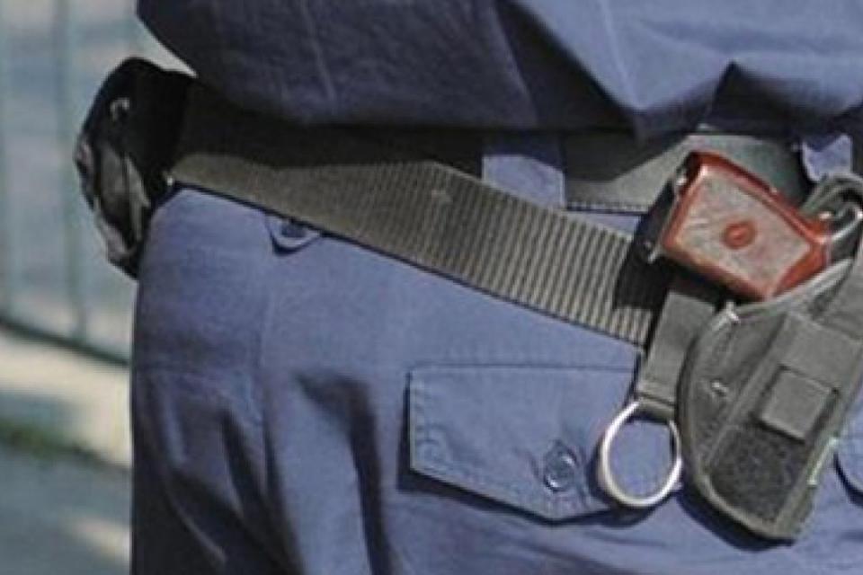 Служители от РУ-Тунджа разследват две взломни домови кражби. Сигналите за констатираните посегателства са постъпили в полицията вчера. Жител на село Безмер...