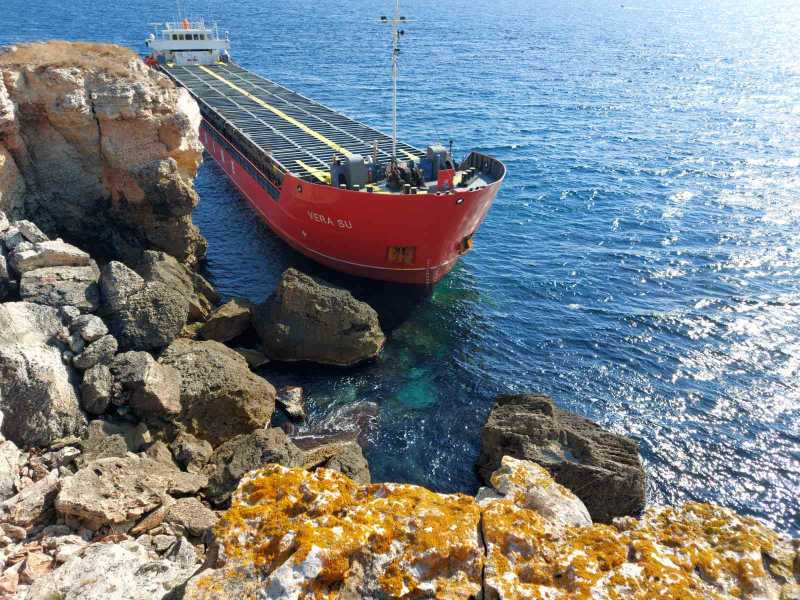 Разтоварването на заседналия край Камен бряг кораб Vera Su е започнало вчера късно вечерта, като се работи на изкуствено осветление. На кадри разпространени...