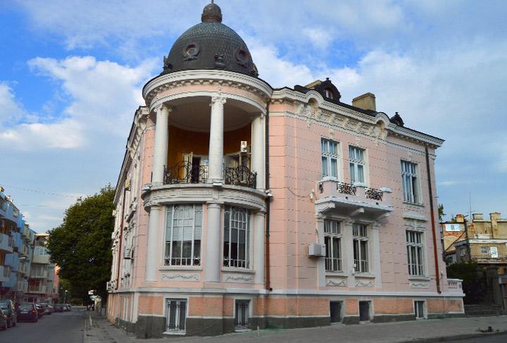 """Над 250 посетители е имала регионалната библиотека """"Сава Доброплодни"""" в Сливен в първия си работен ден, съобщиха от културната институция.Въпреки променената..."""