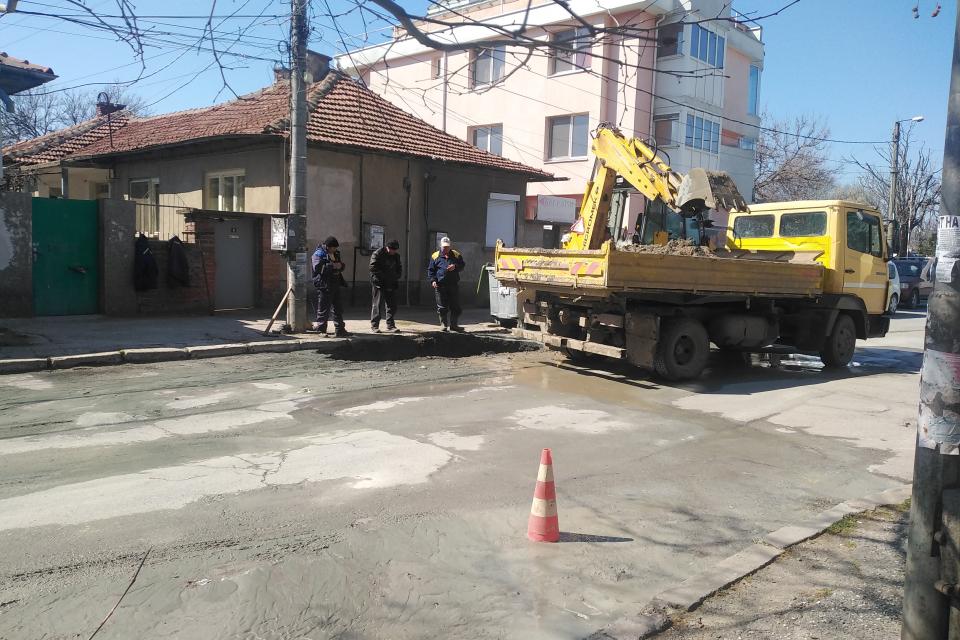 """Ремонт на канализацията на пресечката на ул. """"Преслав"""" и ул. """"Крали Марко"""" и на """"Биков мост"""" е причината водоподаването в тези райони на Ямбол да е временно..."""