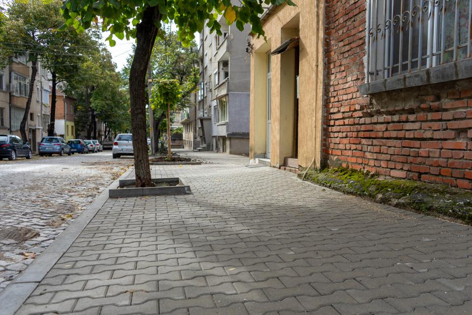 Община Ямбол приключи с ремонтните дейности на тротоарната настилка на четири улици в града. В момента се работи по още две, предстои да започне ремонт...