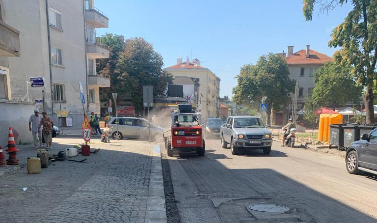 """В ход са планувани ремонтни дейности по няколко улици в Ямбол.  Извършва се подмяна на асфалтовата настилка на улица """"Преслав"""" в отрязъка между улица..."""