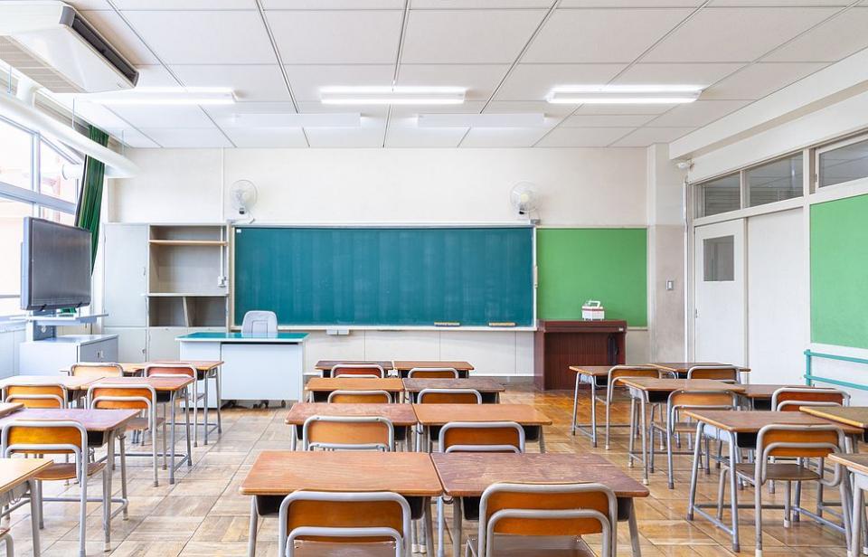 Министърът здравеопазването Костадин Ангелов и министърът на образованието Красимир Вълчев ще обсъдят на среща дали от февруари част от учениците да се...