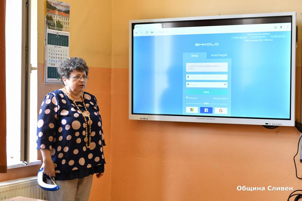 """В Профилирана природо-математическа гимназия """"Добри Чинтулов"""" днес официално бе открита интерактивна стая за съвременно обучение. Лентата прерязаха кметът..."""
