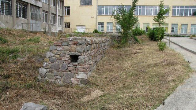 """Със средства, дарени от членовете на ямболския Ротари клуб, ще бъде благоустроен района около средновековната крепост на града """"Дъбилин"""", съобщиха от клуба. Крепостта..."""