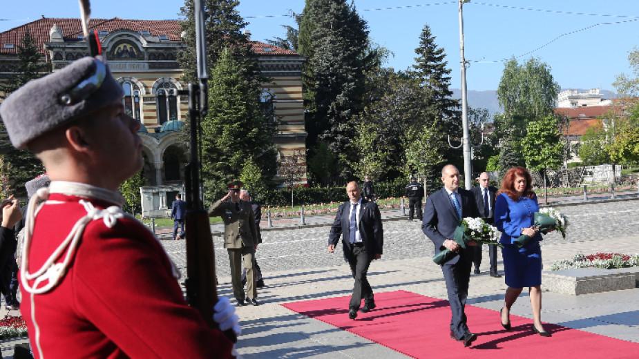 Девети май събира две знаменателни дати - Деня на победата и Деня на Европа, заяви президентът Румен Радев, след като заедно с вицепрезидента Илияна Йотова...