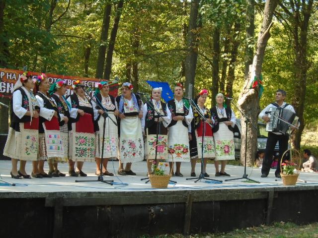 """Многобройните почитатели на българското народно творчество, които аплодираха участниците в тазгодишния фолклорен празник """"Воден пее и танцува"""" отдадоха..."""