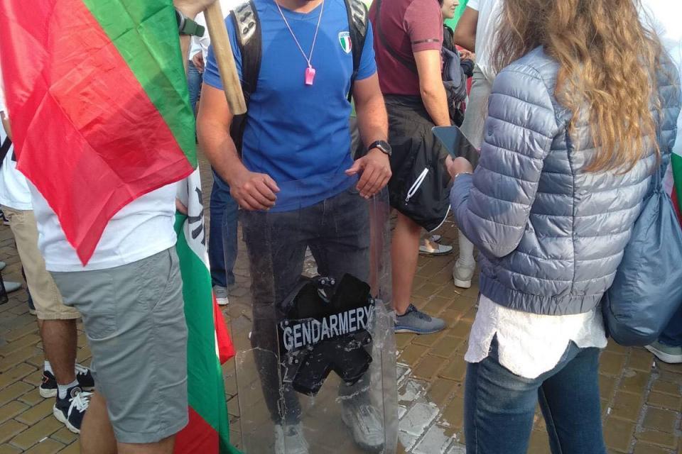 Сблъсъци и ескалацията на напрежението в столицата. Протестиращи обстрелваха с ябълки, яйца, домати, както и с хляб сградата на бившия Партиен дом, където...