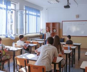 Седмокласниците работят по Вариант 2 на изпита по математика