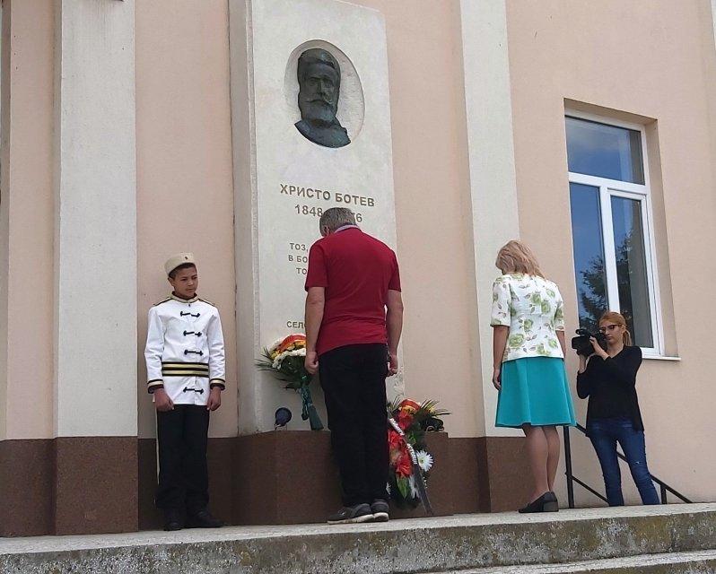 """На втори юни, с поднасяне на венци и цветя в Генерал Инзово и Ботево, Маломир и други села на община """"Тунджа"""", бе почетена паметта на Ботев и загиналите..."""