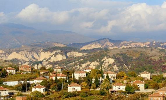 Всички 11 нови случая на коронавирус в Пловдивска област, обявени днес, са под карантина,един обаче е починал. Девет от тях са впловдивското село Брестовица,...
