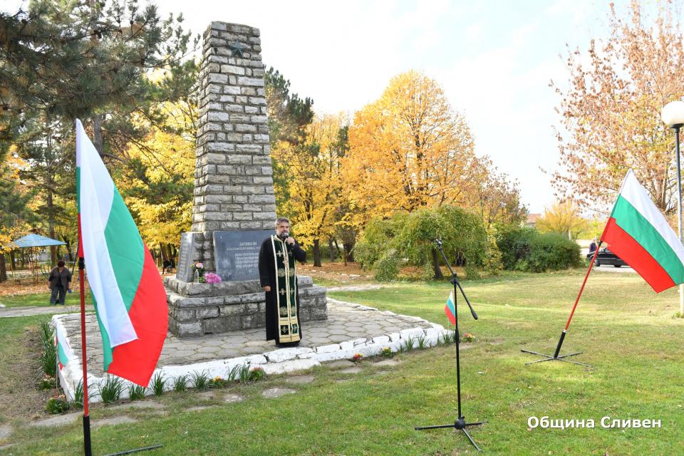 Празничният Архангеловден в Гавраилово започна с поднасяне навенци и цветя пред паметника на загиналите във войните жители на селото. Днес храмовия...