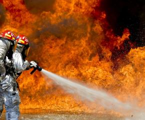 Семейство загина затрупано от горящи отломки в собствения си дом