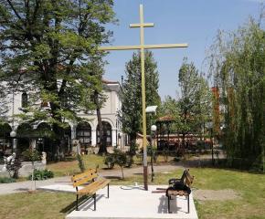 """Шестметров кръст издигнаха в двора на храм """"Св. Георги"""" в Ямбол"""