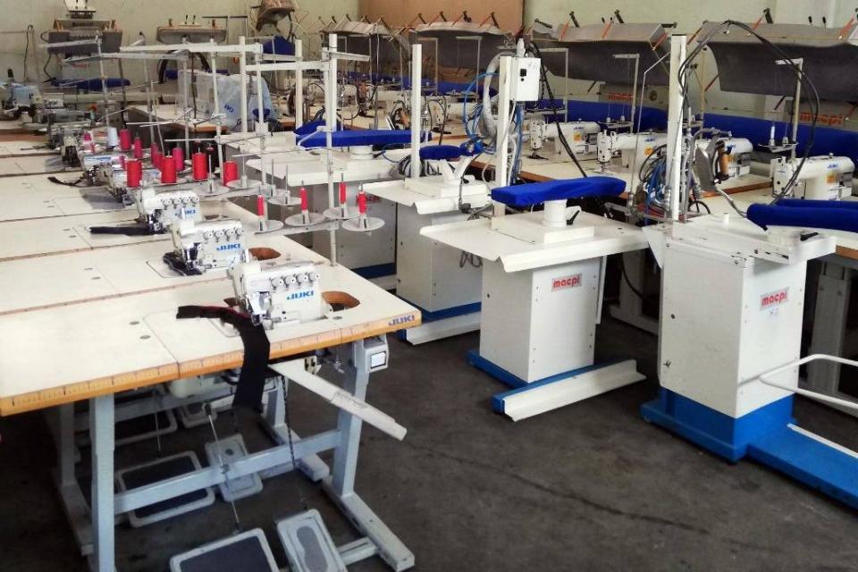 Около 100 шивачки от цех за саи в Дупница, чийто собственик е италианец, отказват да работят заради орязаната им заплата - за февруари те получили само...