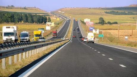 """От 17 до 21 май движението на моторните превозни средства между км 324 и 327 в платното за Бургас на автомагистрала """"Тракия"""" край Карнобат ще е в изпреварващата..."""