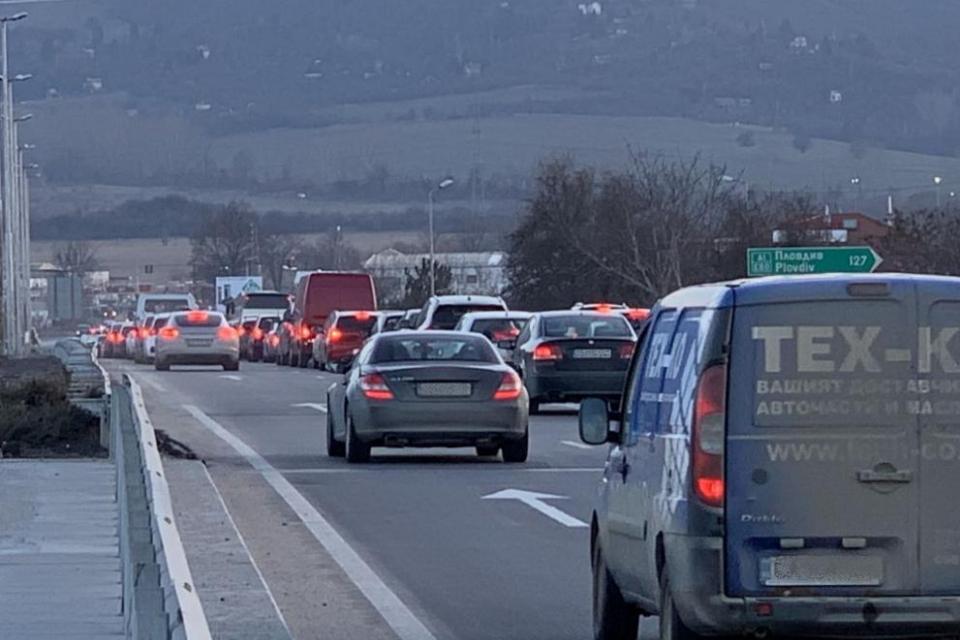"""Тир се завъртя на АМ """"Тракия"""" иблокира движението в двете посоки за София и Бургас.Автомобилите се отбиват по обходен маршрут.Тирът се е ударил в мантинелата..."""