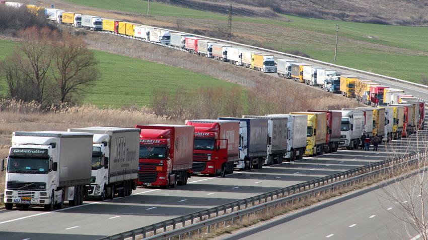 """5-ти ден продължава кризата на граничния пункт """"Капитан Андреево"""", където колоната от тирове е 50 километра. Струпването на тежкотоварните автомобили..."""