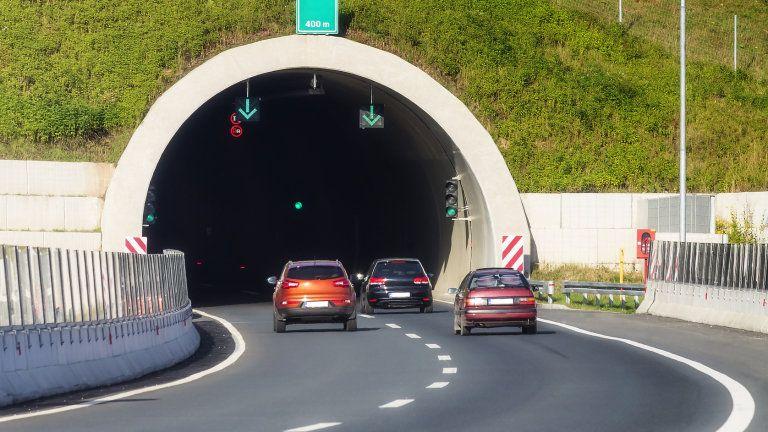 """В четвъртък - 23 април, от 8.30 ч. до 16.30 ч. движението в тунел """"Траянови врата"""" на автомагистрала """"Тракия"""" ще се осъществява двупосочно в тръбата за..."""