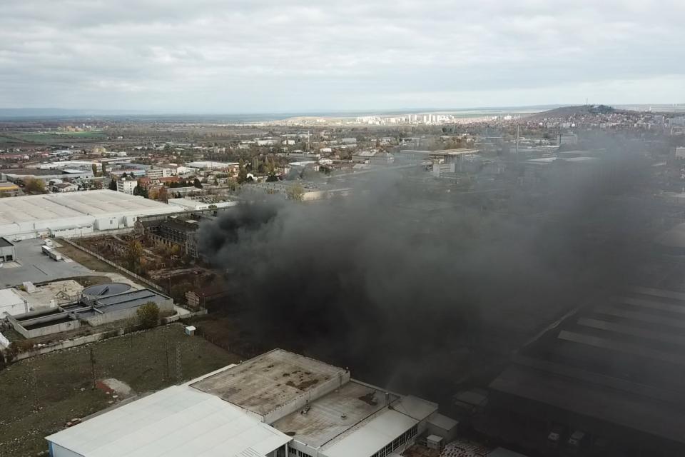 Все още огнеборците се борят с със стихията, която вилнее в района на бившия завод Сила. Както ви предадохме от мястото на събитието, горят стари автомобилни...