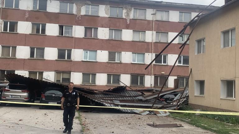 Във Враца започна разчистването след ураганния вятър, който тази нощ нанесе множество щети в града. Поривите на вятъра тази нощ достигнаха 90 км/ч. Изкоренени...