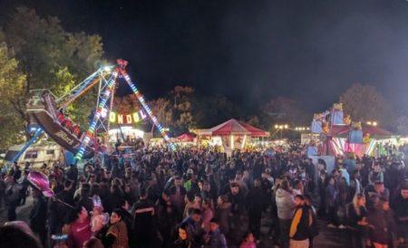 Скандална снимка от празника на Сливен – Димитровден, която бе публикувана в социалните мрежи, и на която се вижда, че на лунапарка има множество хора...