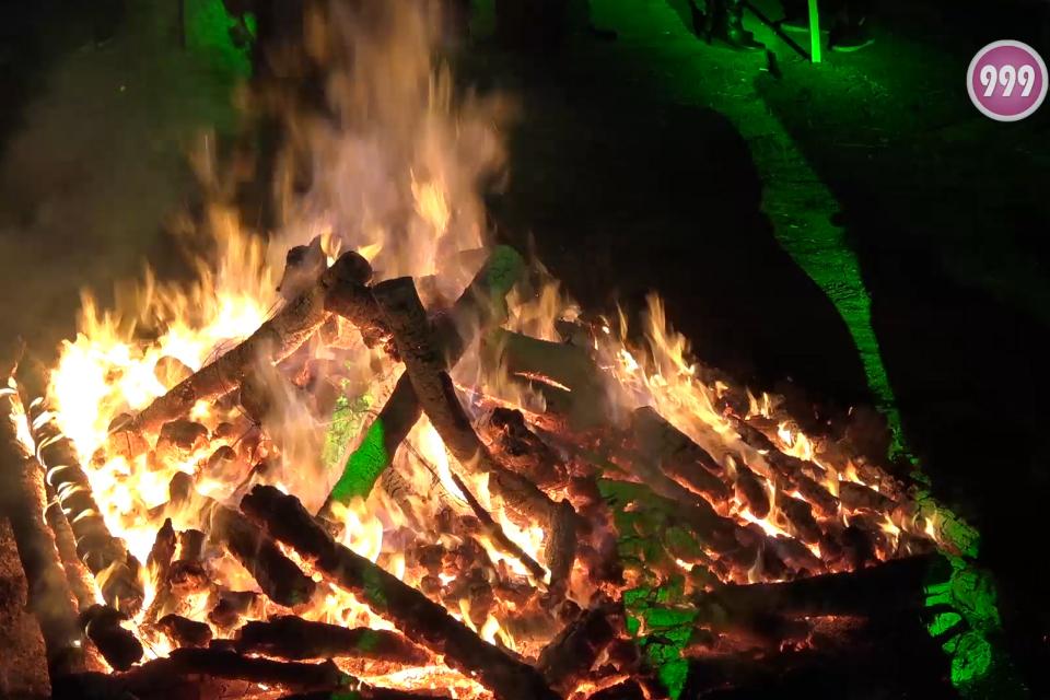 """Вторият ден на Международния маскараден фестивал """"Кукерландия"""" завърши с пресъздаване на традициите на празника Сирни заговезни – прескачане на огън, мятане..."""