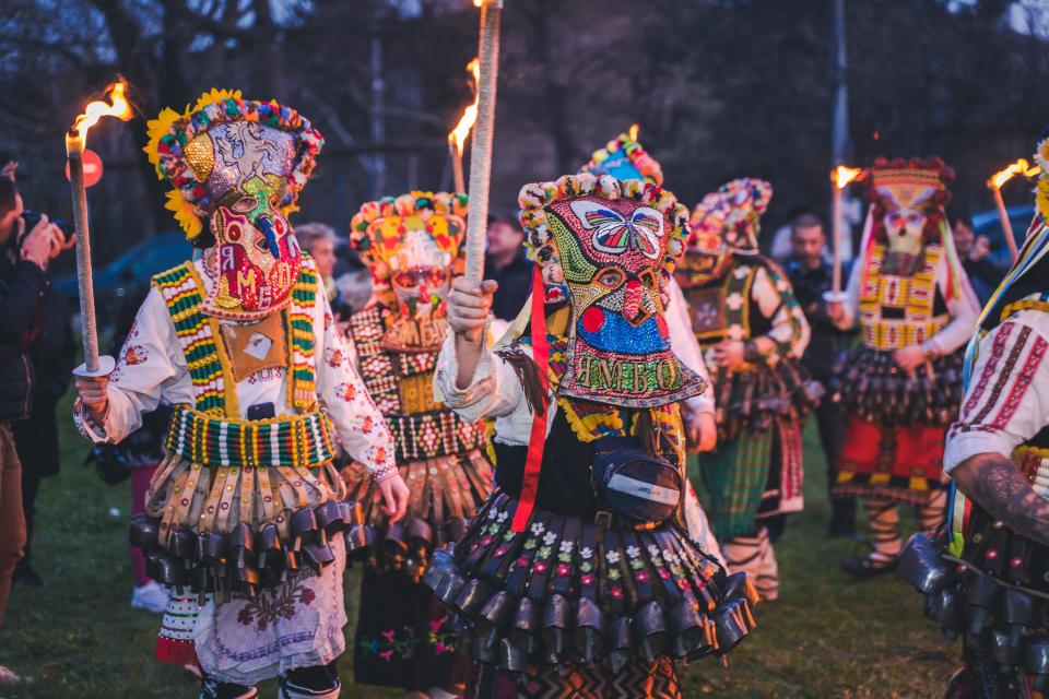 """В квартал """"Каргон"""" бяха представени два обичая, които по традиция присъстват в програмата на маскарадния фестивал """"Кукерландия"""". Самодейци от Народно..."""