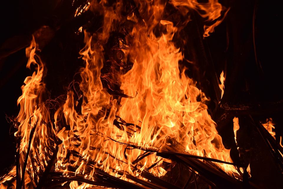 """37-годишен мъж е загинал при пожар в бургаския квартал """"Черно море"""", който вдигна огнеборците на крак рано тази сутрин. По данни на полицията е изгорял..."""