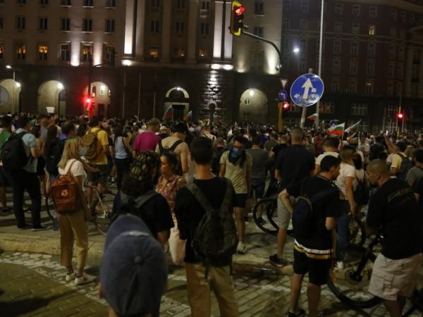 Трима служители на МВР са пострадали при протестите снощи в София. Един от тях е в по-тежко състояние, тъй като е бил ударен с бутилка от протестиращ....