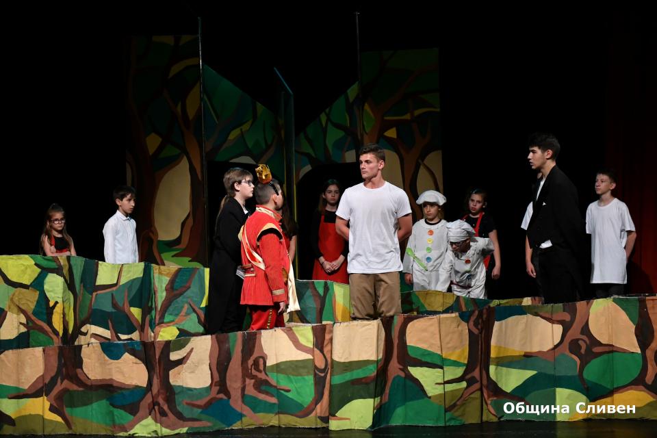 """За четвърта поредна година театрални формации от цялата страна ще вземат участие в Националния детско-юношески театрален фестивал """"Сцена под Сините камъни""""...."""