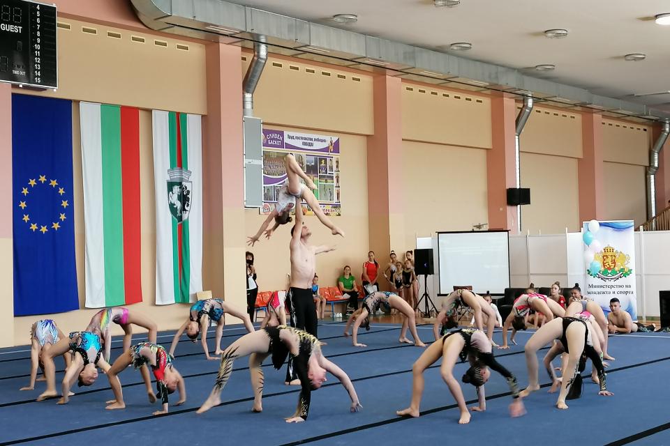 Младите български надежди на спортната акробатика събра тази събота и неделя в Сливен вторият кръг от Държавния индивидуален шампионат за най-големите. Сред...