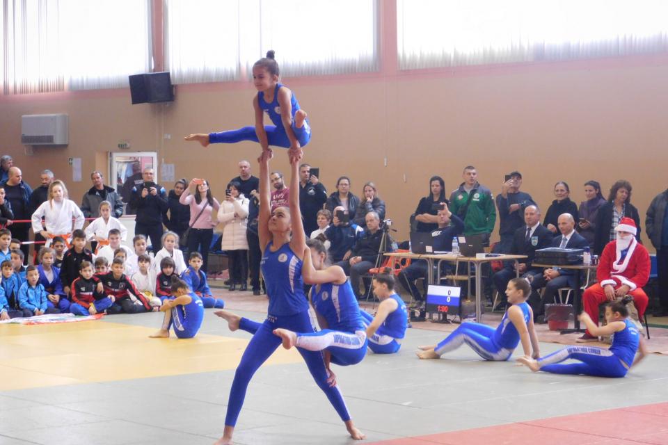"""В спортна зала """"Васил Левски"""" днес се провежда традиционният коледен турнир по джудо за деца. Тази година той е благотворителен и е в подкрепа на 10-годишно..."""