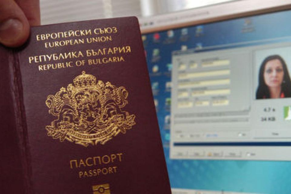 """Мобилните екипи на сектор """"БДС"""" към ОДМВР-Сливен извършват прием на място, на заявление за подмяна на личните документи, по заявка във фирми и учреждения..."""