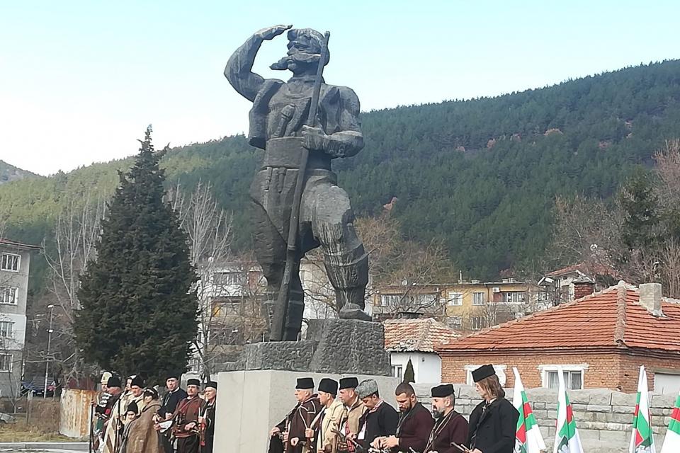 Днес се навършват 102 години от смъртта на сливенския войвода Панайот Хитов. По този повод цветя на признателност пред паметника му в Сливен поднесоха...