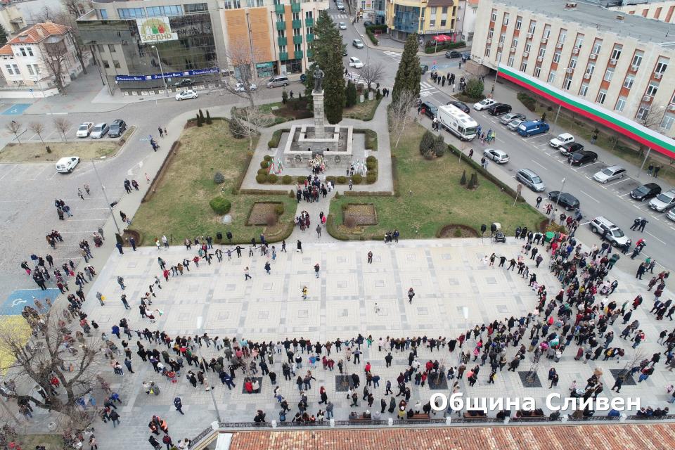 """Сливен отбеляза 142 години от Освобождението на България от османско робство с церемония, която събра на площад """"Хаджи Димитър"""" стотици граждани и гости..."""