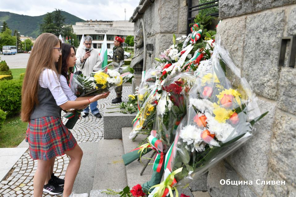 """В Сливен днес Денят на Ботев и на загиналите за народна свобода бе отбелязан с общоградски ритуал. """"Има хора, за които историята пише, но има и такива..."""