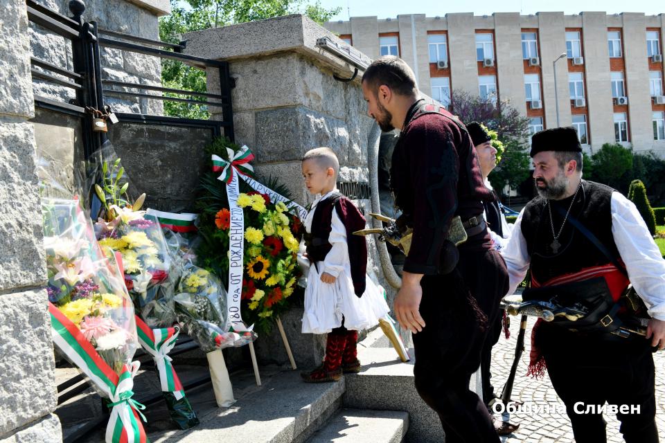 180 години от рождението на легендарния войвода Хаджи Димитър се навършват днес. От името на сливенските граждани цветя пред паметника му поднесоха кметът...