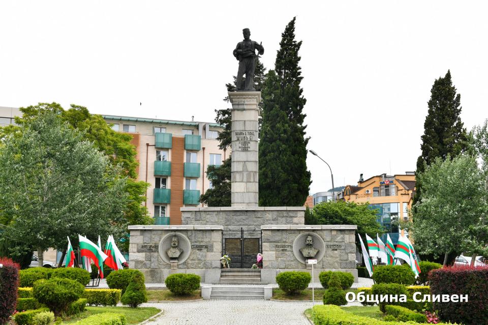 С кратка церемония днес бе почетена паметта на големия българин и революционер Христо Ботев и на загиналите за свободата на България. Пред паметника на...