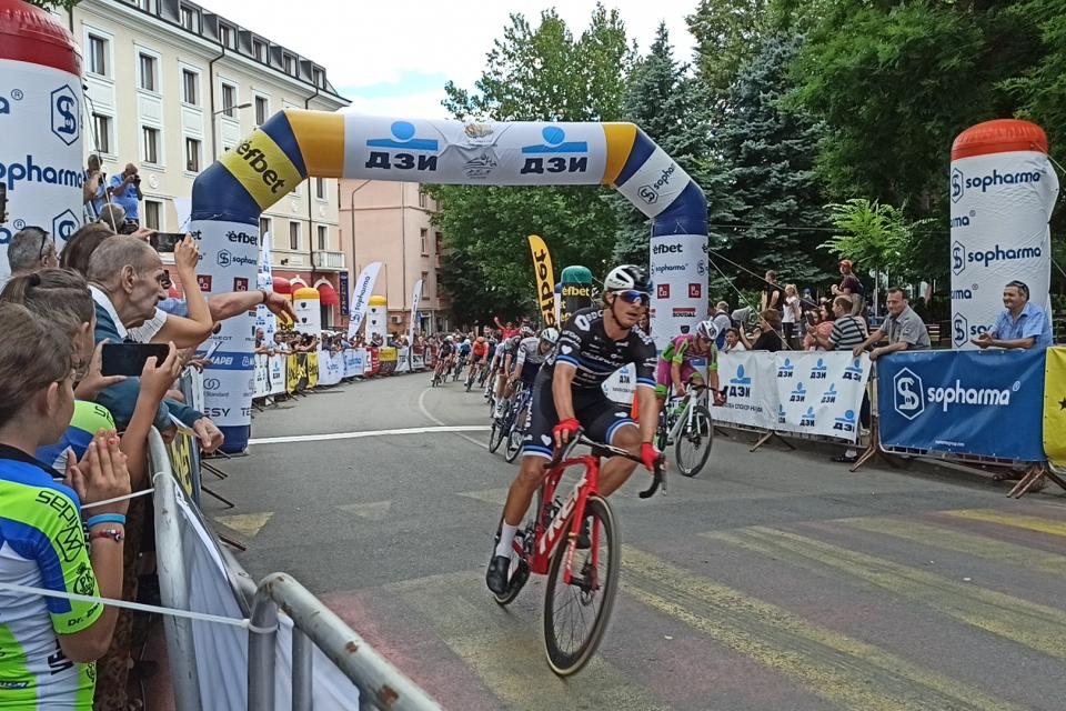 И тази година Сливен пое домакинството на етап от Международната колоездачна обиколка на България. Днес в града бяха посрещнати състезателите на традиционната...