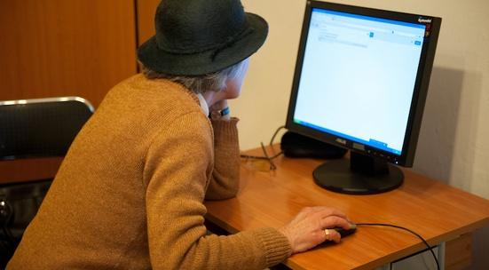 """Библиотека """"Зора"""" в Сливен организира практически курсове по начална компютърна грамотност и работа с мобилни устройства и приложения за хора от третата..."""