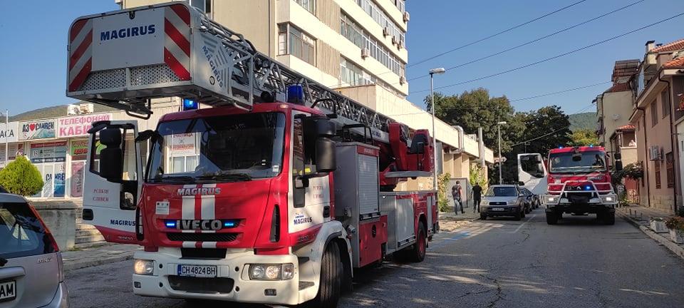 """Районната служба """"Пожарна безопасност и защита на населението"""" в Сливен показаха техника и умения за спасяване на пострадали и гасене на пожар във висока..."""