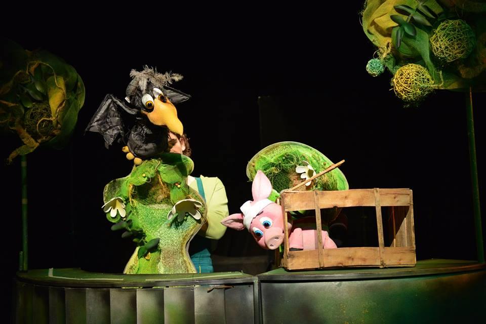 """Приказка с кукли предлага за най-малките си зрители днес Държавен куклен театър """"Георги Митев"""" – Ямбол. Този път на сцената му ще излязат актьорите от..."""